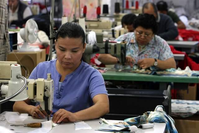 """Obreros """"esenciales"""" de fábricas temen ir al trabajo por el coronavirus pero no pueden permitirse quedarse en casa"""
