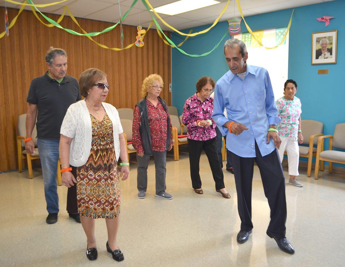 Miguel Méndez, profesor de baile enseñando pasos de bachata a personas de la tercera edad en Casa Central.