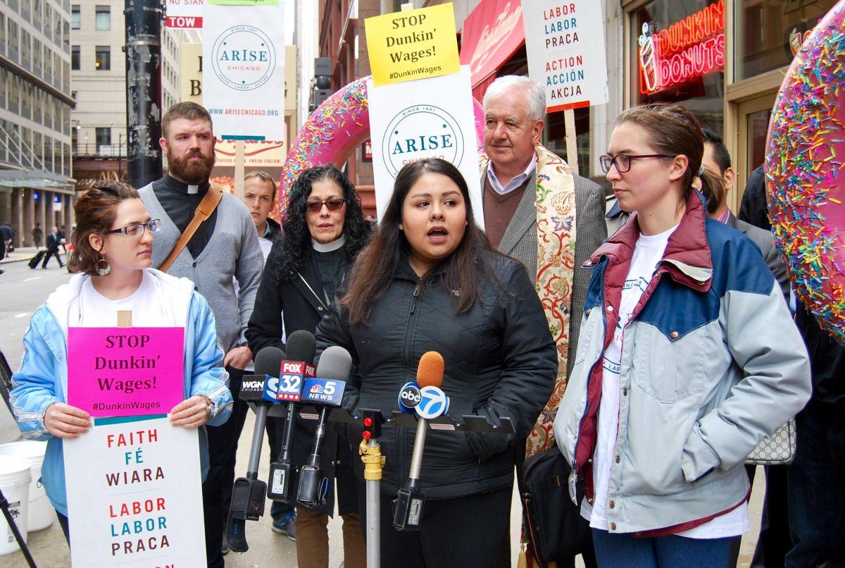 Christina Padilla (centro) es una de las principales demandantes de la demanda en contra de una franquicia con 16 locales de la cadena Dunkin' Donuts en el Loop de Chicago.
