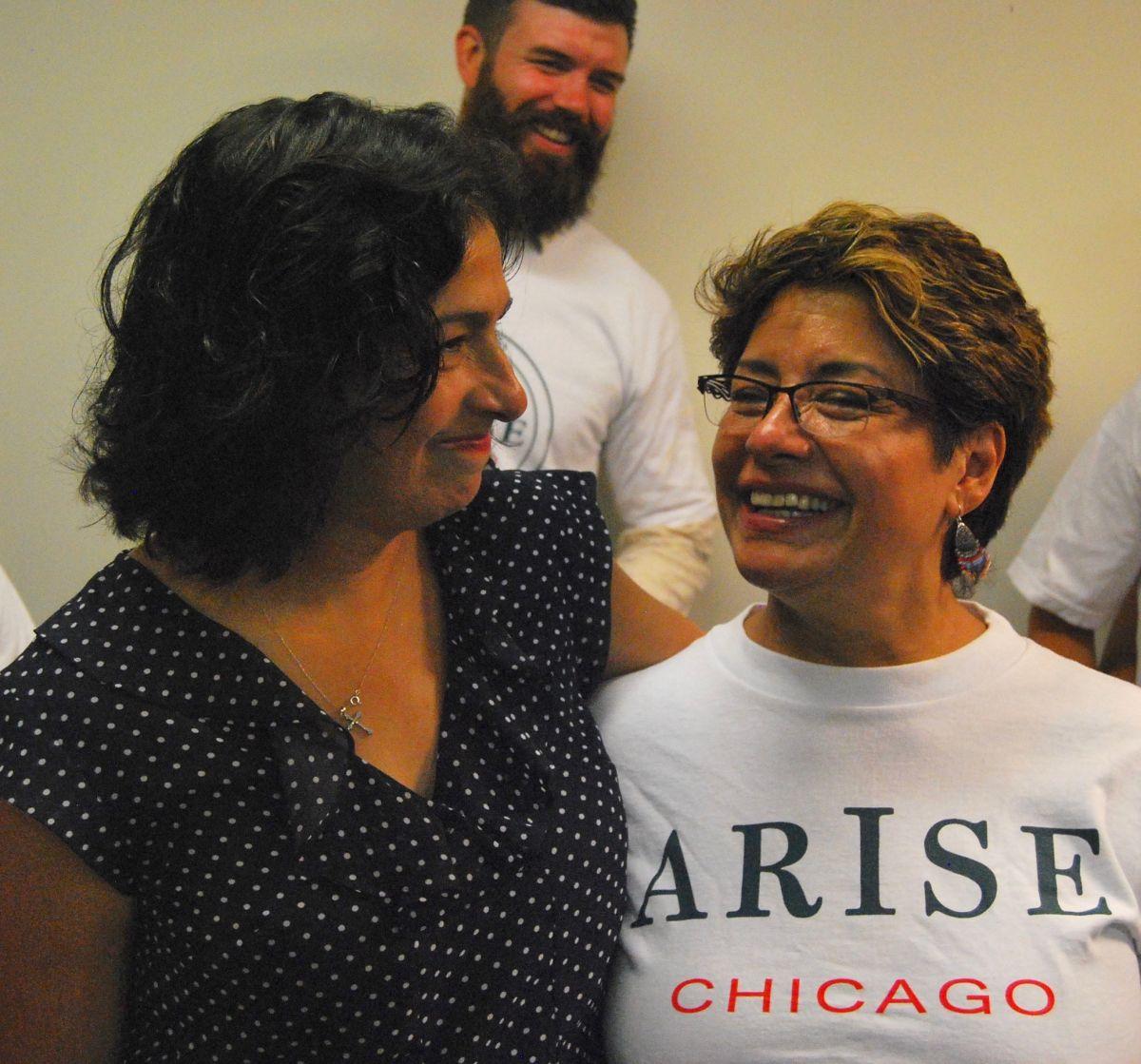 La representante Elizabeth Hernández con Isabel Escobar, trabajadora doméstica y miembro del consejo de la organización Arise Chicago.