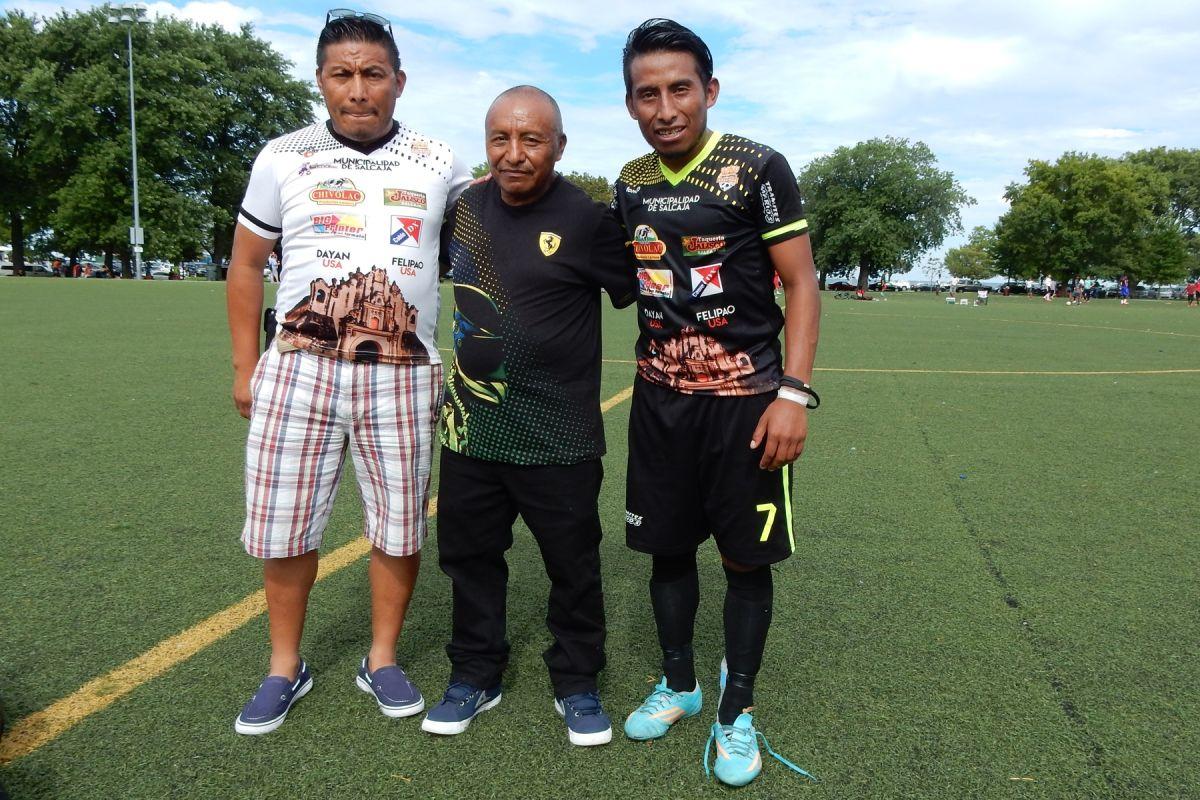 Pedro Cua Sánchez con sus dos hijos, Sergio y Hugo.