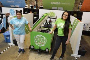Dos latinas de Chicago compiten en singular reto de transformar refrigerador en un auto