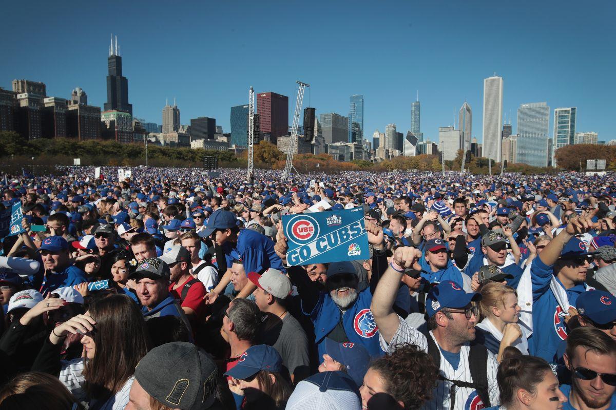 Multitudes en Chicago ovacionan y celebran a los Cubs