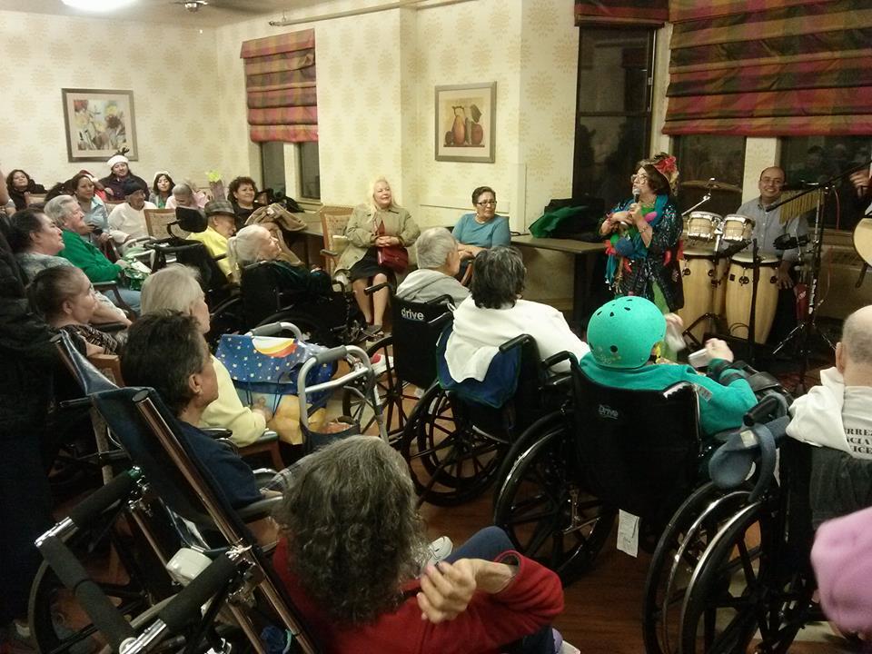 Una posada solidaria de Navidad para abuelitos de asilo en Chicago
