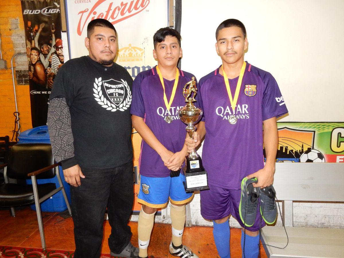 José Miguel, su hermano David Miguel y Javier Olagues del Deportivo Chicago, subcampeones del Torneo Navideño y Año Nuevo.