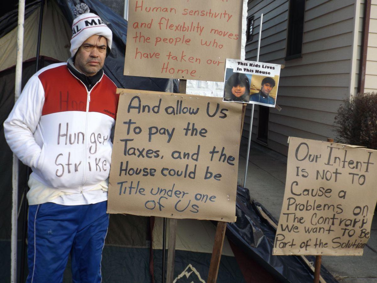 Javier Guerrero se puso en huelga de hambre para tartar de recuperar la casa que perdió en Forest Park, Illinois, por no pagar impuestos.