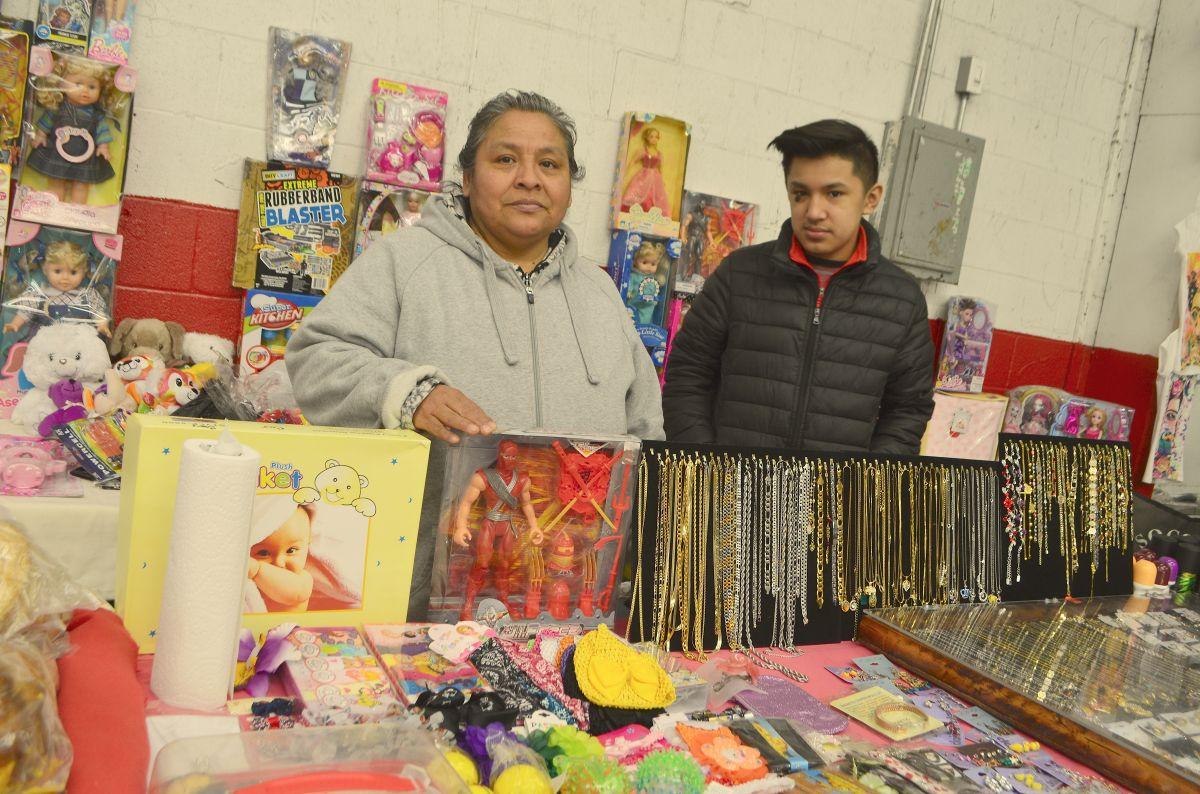 María Alonso, comerciante del mercado de pulgas Swap-O-Rama del Barrio de Las Empacadoras. (Belhú Sanabria / La Raza)