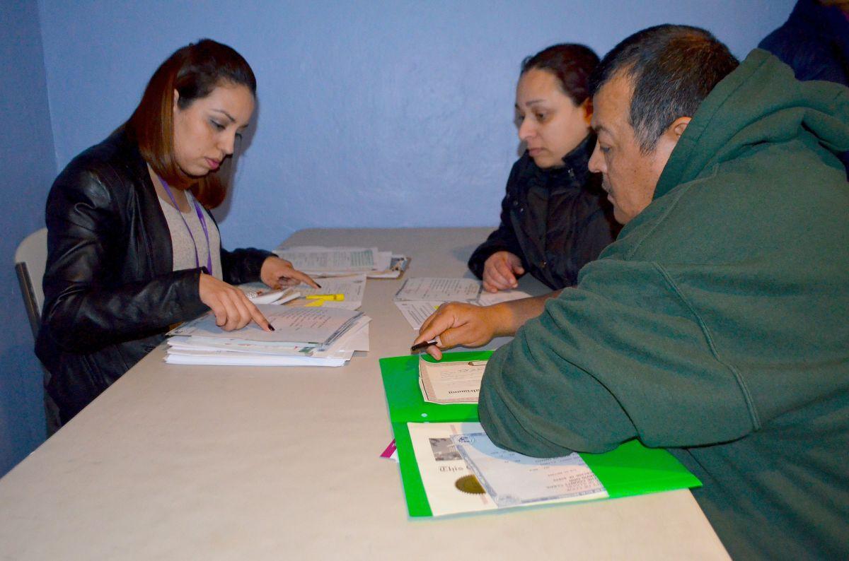 Ricardo Martínez y María Carrasco quieren que sus tres hijos estadounidenses obtengan la nacionalidad mexicana.  (Belhύ Sanabria / La Raza)