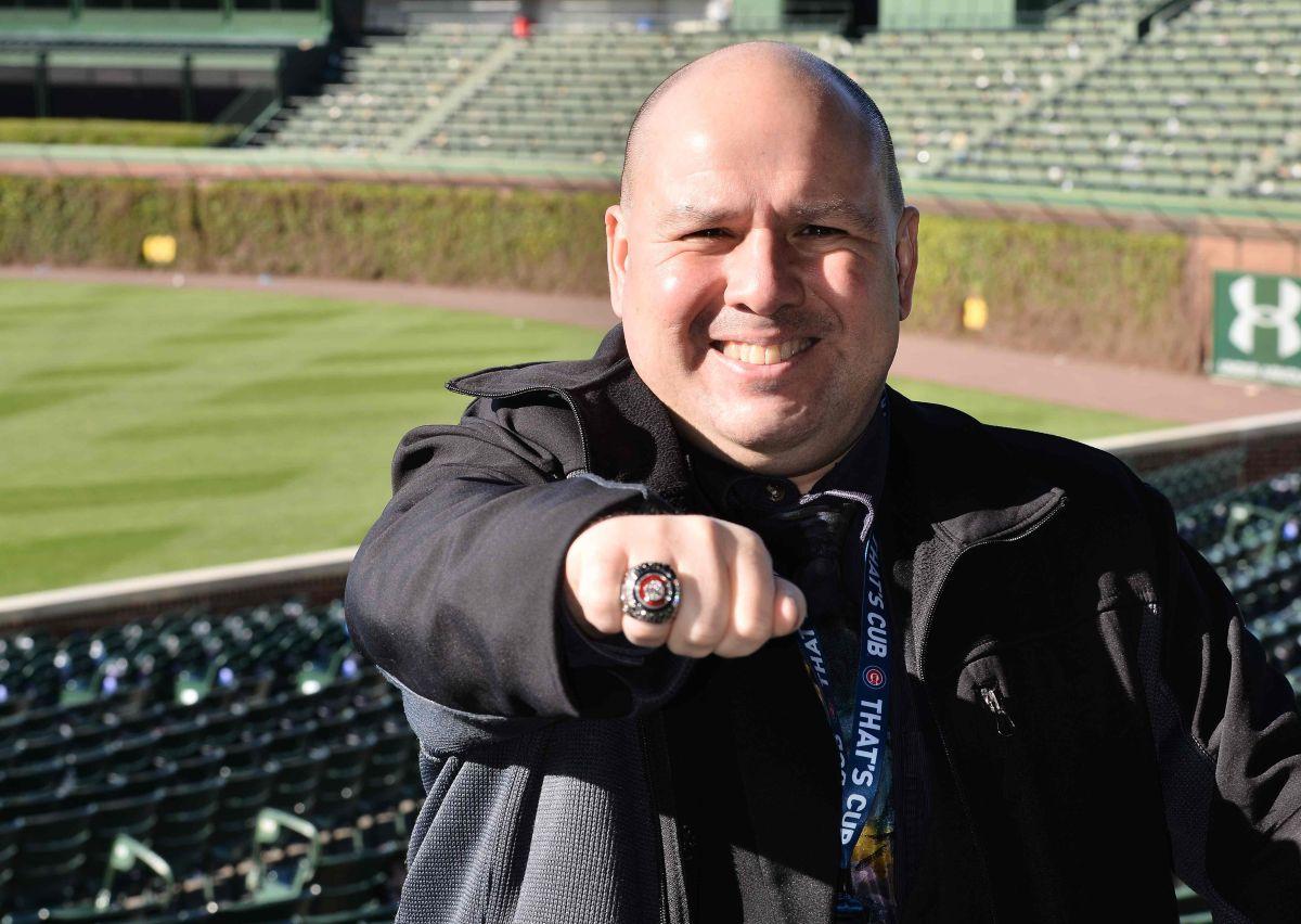 Comentarista hispano recibe un anillo de campeón de los Cubs