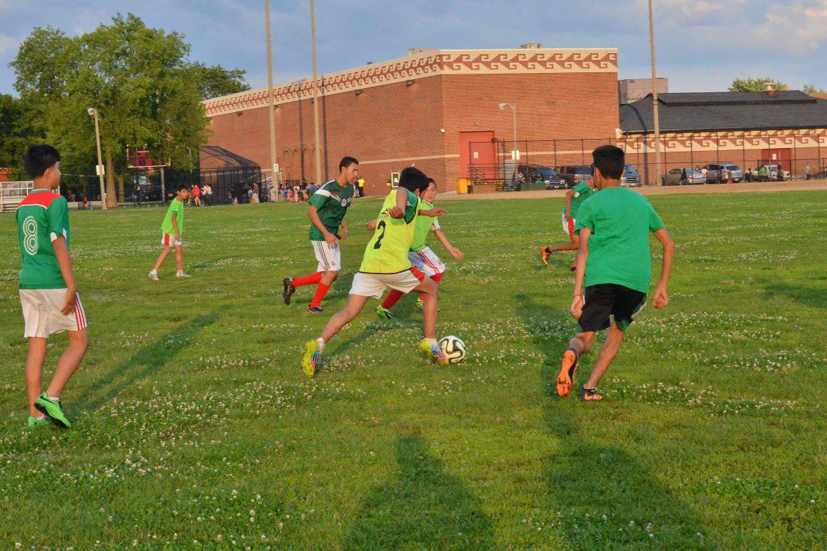 El equipo Tigres Centro Mexico Soccer Club ya entrena en el Harrison Park, en Pilsen. (Javier Quiroz / La Raza)