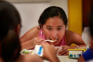 Miles de niños latinos peligran por hambre este verano