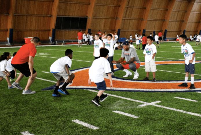 Los 'Rookies' de los Chicago Bears practican con chicos de la comunidad