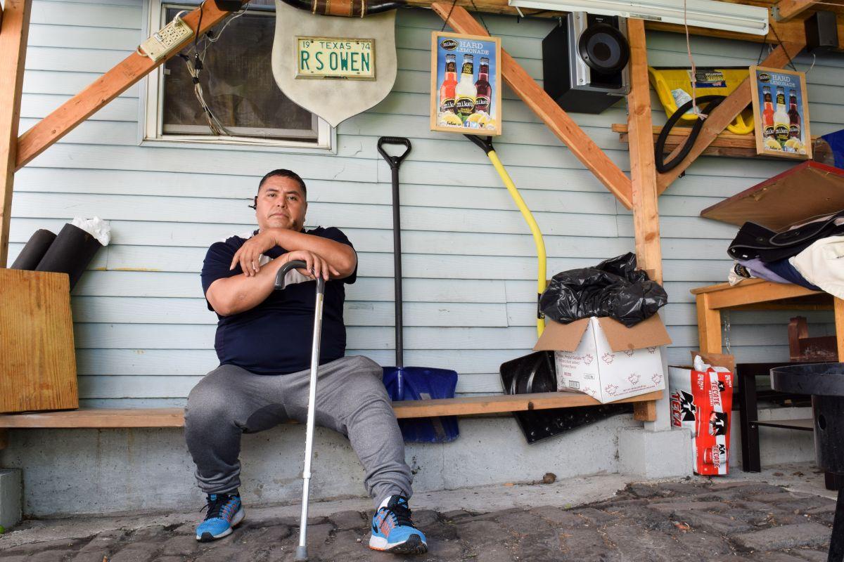 Juan Lopez en el patio de su casa. Luego de que se lesionó gravemente en  su trabajo, su empleador se negó a pagarle dinero al que tenía derecho. Con ayuda de activistas, ha luchado por largo tiempo para recuperarlo.