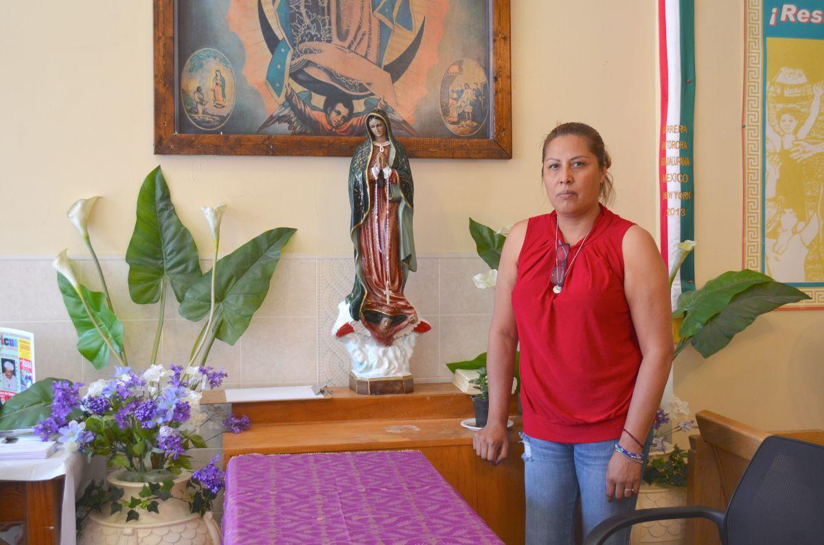 Francisca Lino permanece refugiada en la iglesia Metodista Unida San Adalberto en el barrio puertorriqueño de Humboldt Park, Chicago. (Belhú Sanabria / La Raza)