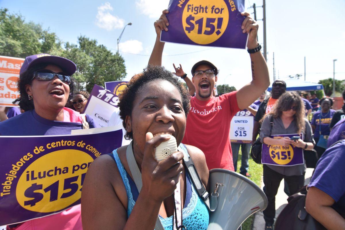El gobernador de Illinois, el republicano Bruce Rauner, vetó una ley que aumentaba de manera escalonada el salario mínimo a $15 por hora en el estado en un plazo de cinco años.