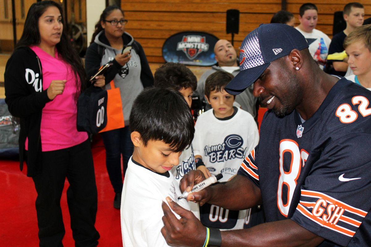 Niños recinen entrenamiento deportivo en las Mini Monsters Clinics de los Bears.