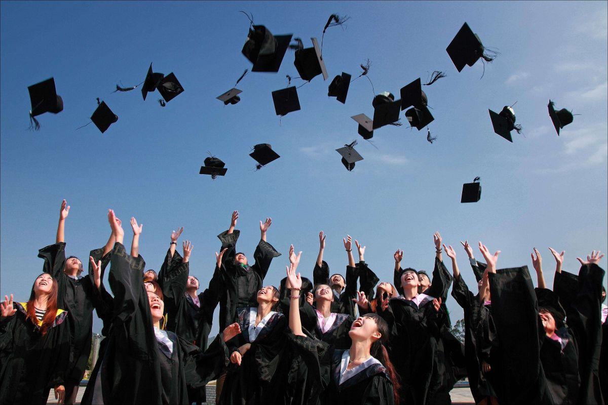Más graduados de la secundaria de Illinois se inscriben en universidades fuera del estado