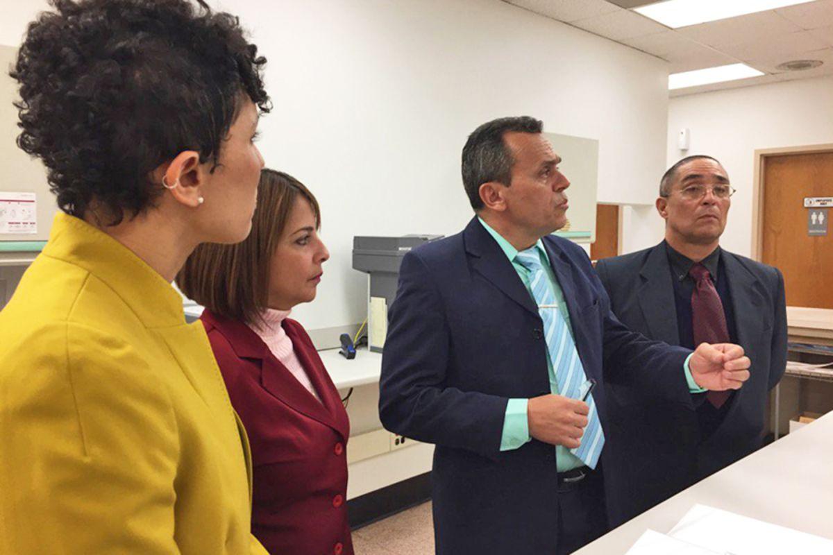 Médicos cubanos estudian y ayudan a la salud en el barrio de Englewood