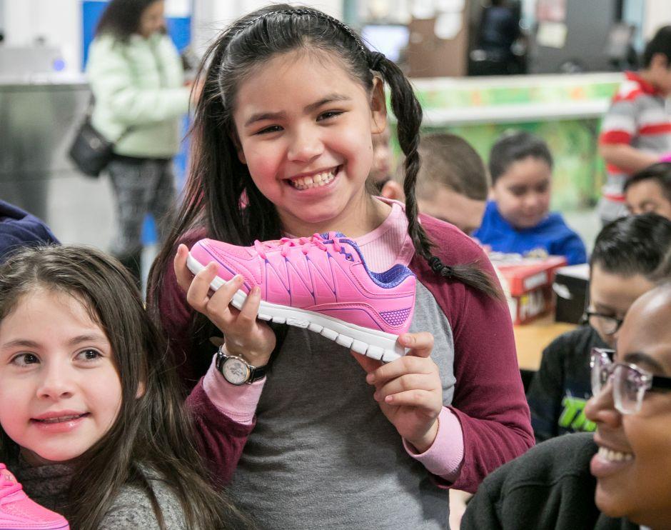 Dueños/operadores locales de McDonald's donaron zapatos a niños vía la GSF Foundation