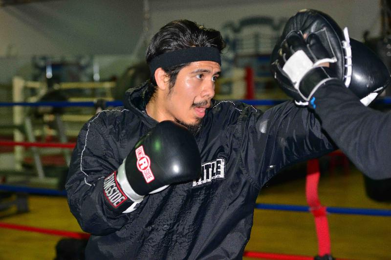 """Oscar Ortiz se """"gradúa"""" como boxeador profesional"""