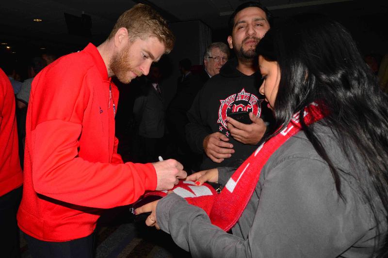 Chicago Fire hizo la presentación oficial del equipo, en la foto Michael de Leeuw firma una bufanda. (Javier Quiroz / La Raza)