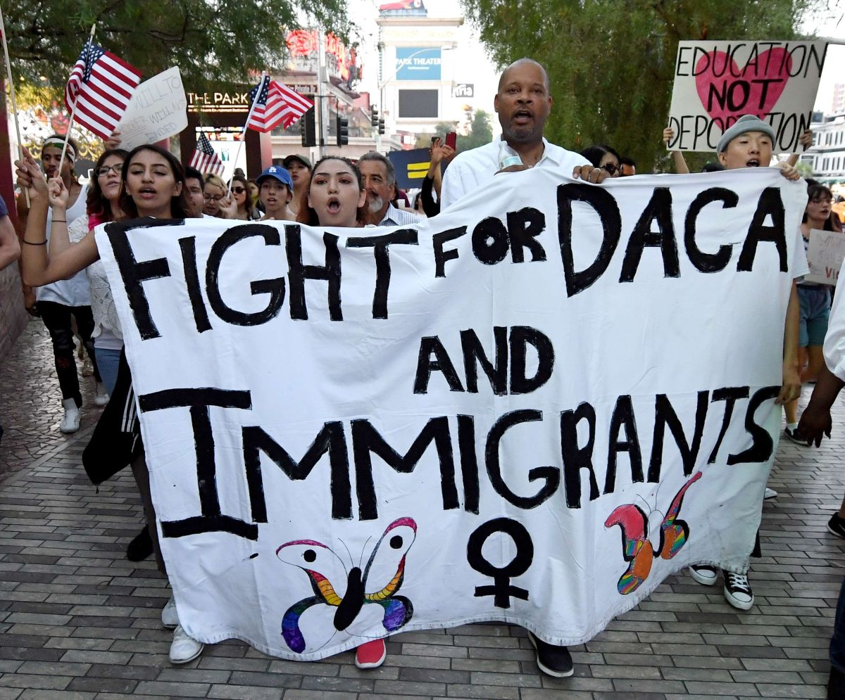 """Activistas luchan por la protección de """"Dreamers""""."""