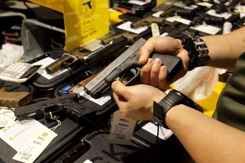 2 hombres latinos acusados de vender armas robadas en suburbios de Illinois