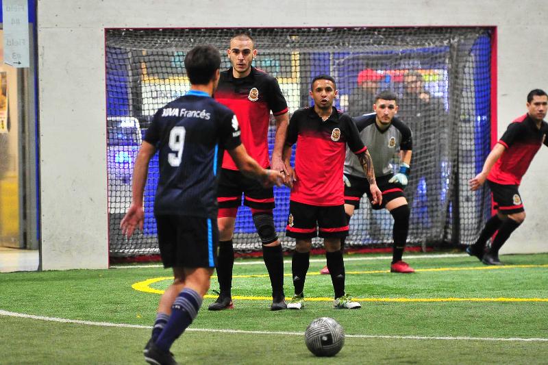 El torneo de futbol de invierno Champions se juega todos los sábados con jugosos premios en dinero. (Javier Quiroz / La Raza)