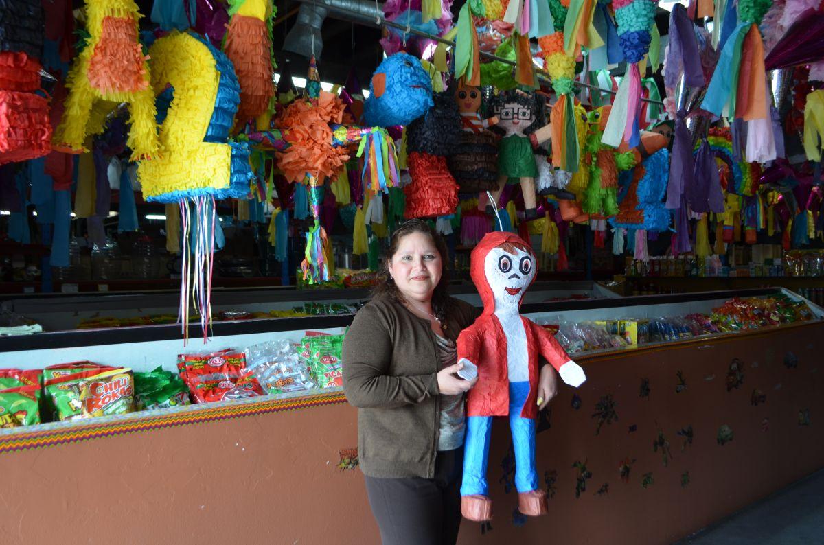 Araceli Domínguez, propietaria del negocio Abarrotera Mercantil del barrio de La Villita, vende singulares piñatas para toda ocasión. (Belhú Sanabria / La Raza)