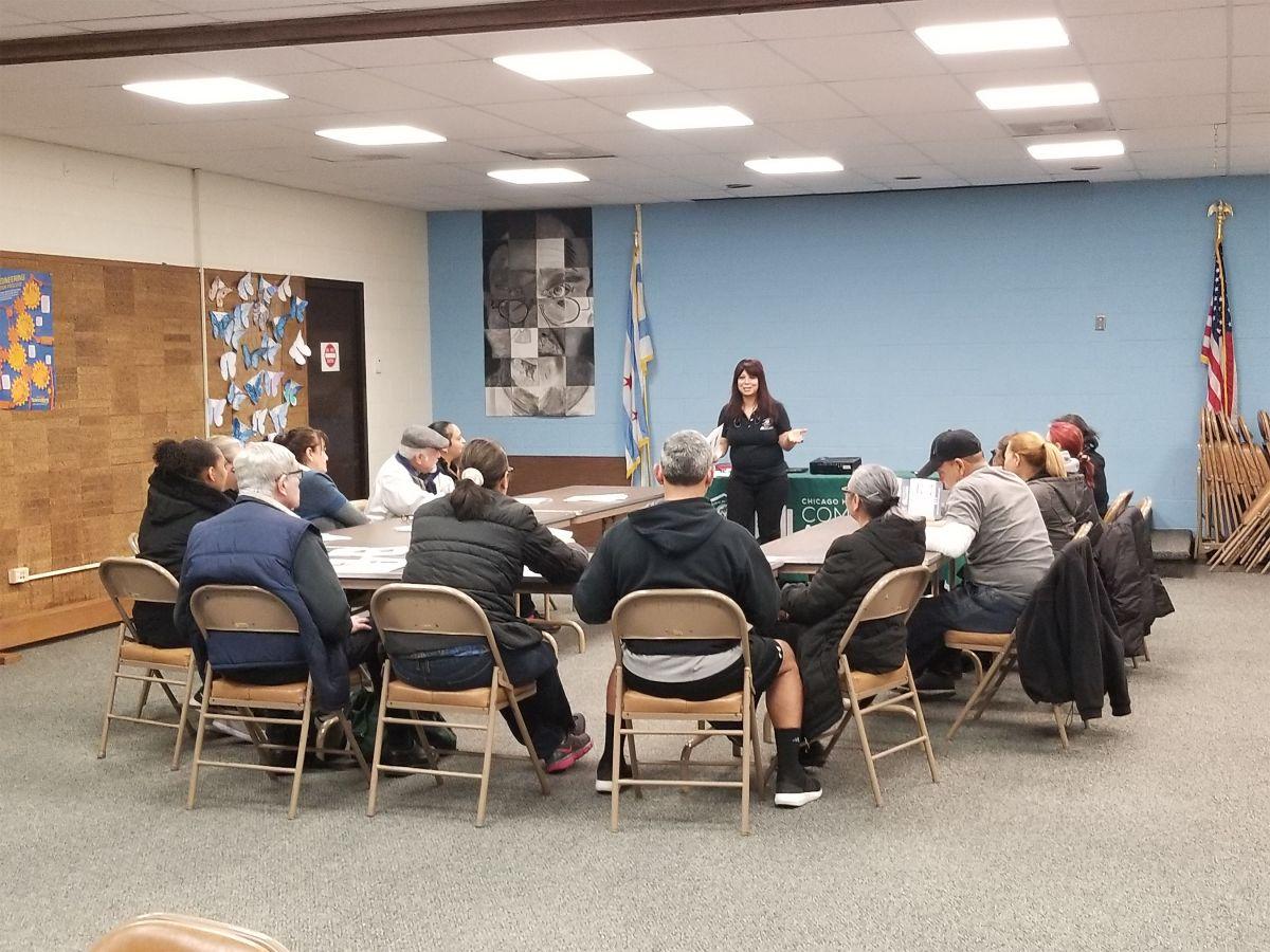Se ofrecen talleres informativos bilingües sobre vivienda asequible para personas de la tercera edad en diferentes barrios de Chicago.