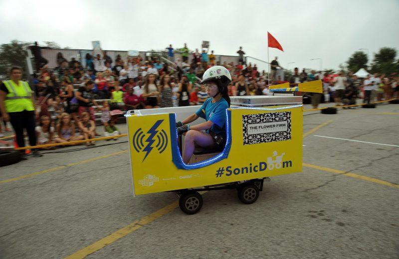 Uno de los autos eléctricos creados con refrigeradores en la competencia Icebox Derby en Chicago.