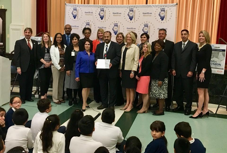 La vicegobernadora de Illinois, Evelyn Sanguinetti, y miembros de la comunidad de la Escuela Peck, de alta población hispana, en el anuncio de que ese centro educativo fue aceptada en el selecto Plan Bicentenario STEM Fusion.