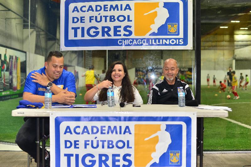 Juan Carlos Herrera, director de la Academia Tigres Illinois; Lucy Montano, directora en Chicago; y Marcelino Gutiérrez, entrenador del equipo Tigres de la Liga MX durante la inauguración de la sucursal en Chicago. (Javier Quiroz / La Raza)