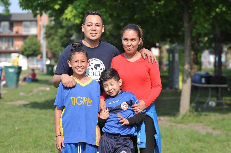 Neftaly Orozco a la izquierda con sus papás Diego y Nubia Figueroa y su hermano menor Yurem. (Javier Quiroz / La Raza)