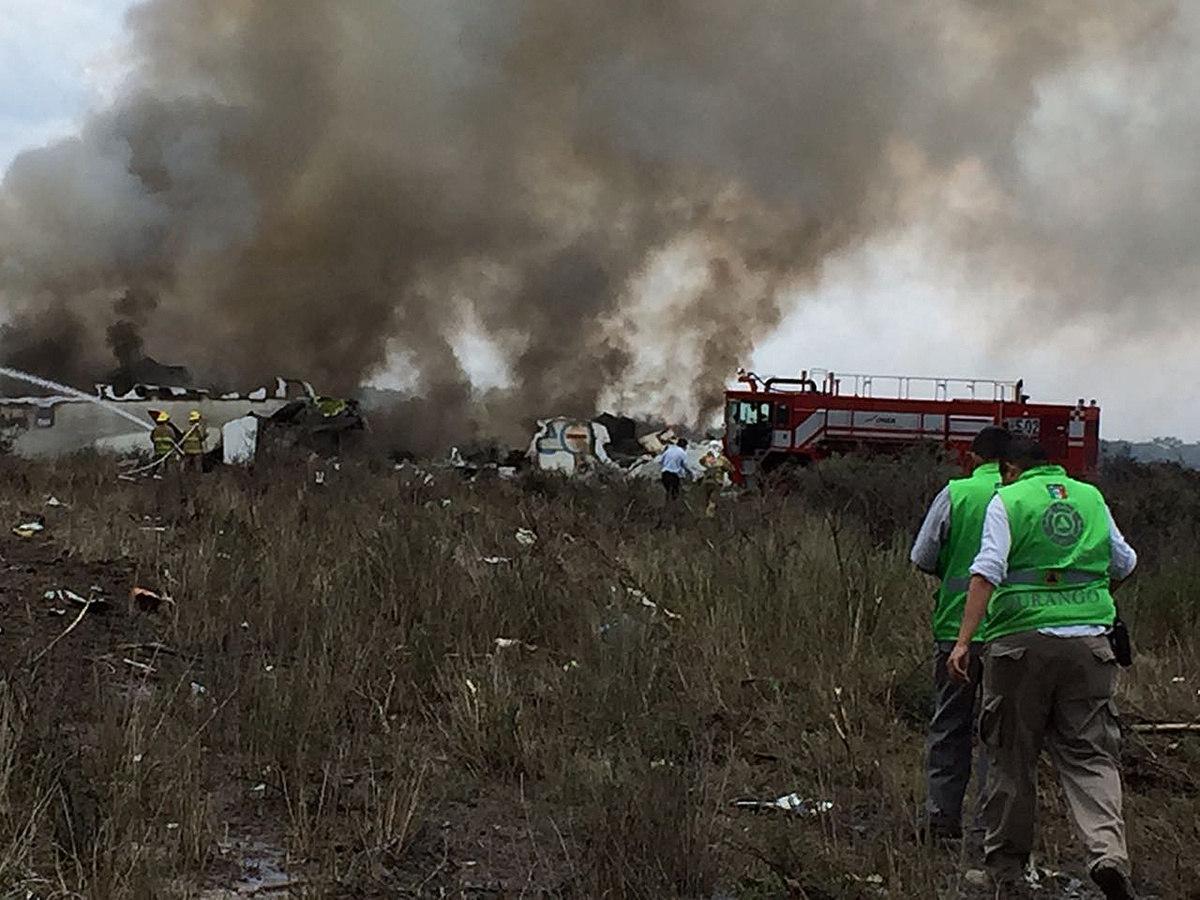 Fotografía cedida por la Coordinación Estatal de Protección Civil (CPCE) del estado de Durango, del avión de pasajeros de la aerolínea Aeroméxico que se estrelló este martes 31 de julio de 2018, en Durango (México). EFE