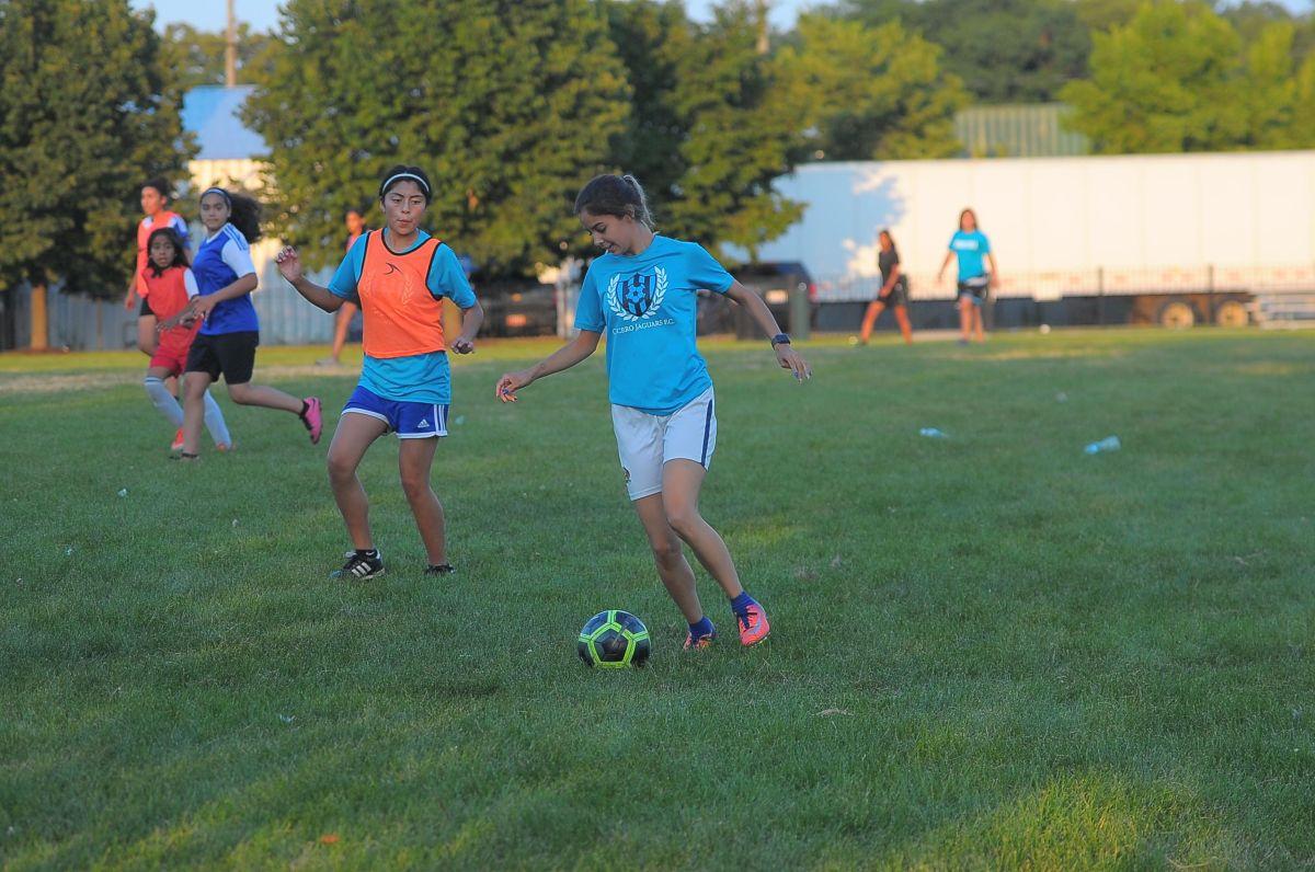 Invitan a niñas a entrenar futbol en La Villita