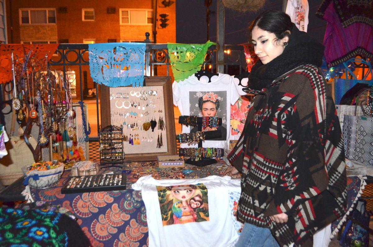 Jessica González en el patio de la nevería De Colores Ice Cream & Shop en el barrio de Archer Heights. (Belhú Sanabria / La Raza)