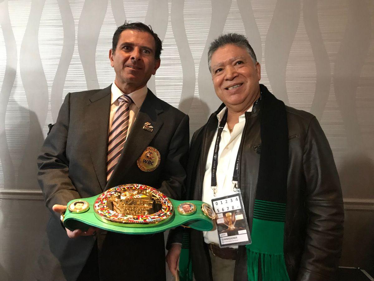 Michel Salomon, comisionado del Consejo Mundial de Boxeo, y Mario Gutiérrez, representante en Chicago, con el Cinturón Diamante. (Javier Quiroz / La Raza)