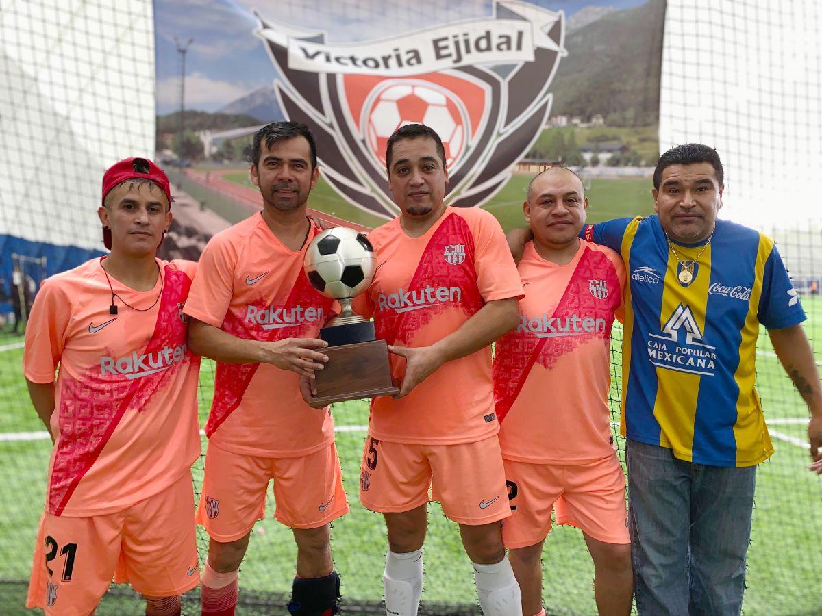 El Atlético Potosino de veteranos mayores de 40 años ganó la final en la Liga Victoria Ejidal. (Javier Quiroz / La Raza)