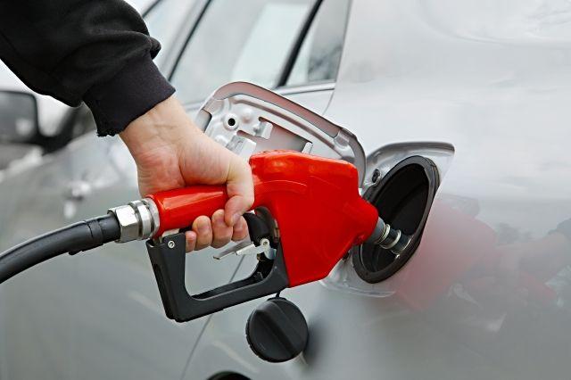 Quieren aumentar el impuesto a la gasolina de Illinois para financiar reparación de carreteras