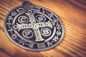 3 amuletos de San Benito para la protección y la fe
