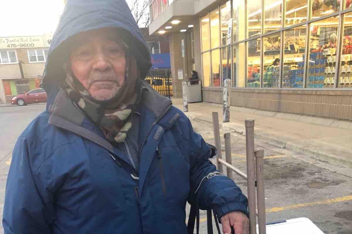 Anciano vendedor de empanadas en Gage Park busca recaudar dinero para jubilarse en México