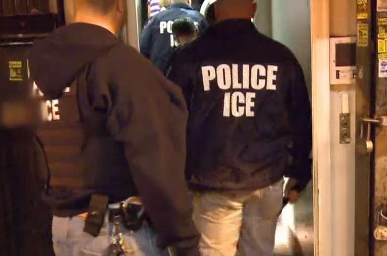 ICE investiga a agentes por difundir teorías conspirativas racistas y contra inmigrantes