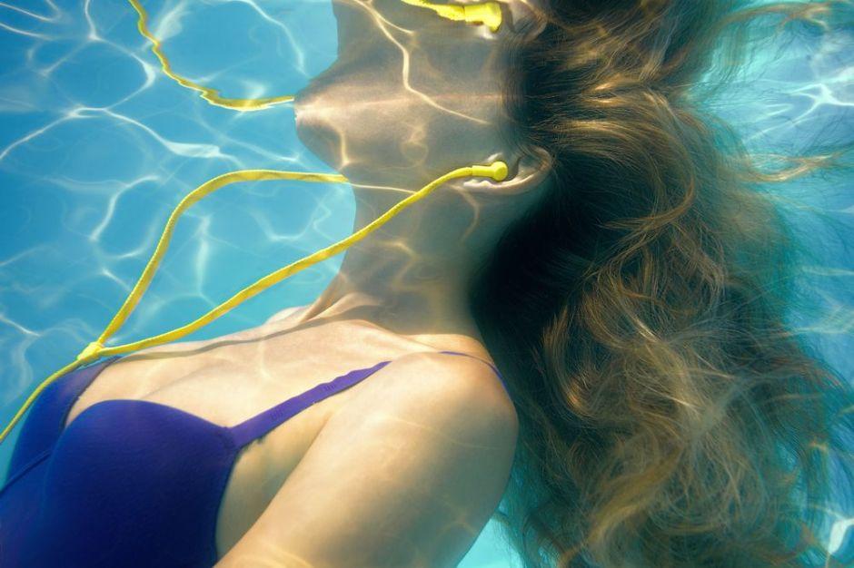 5 auriculares impermeables para escuchar música mientras te bañas