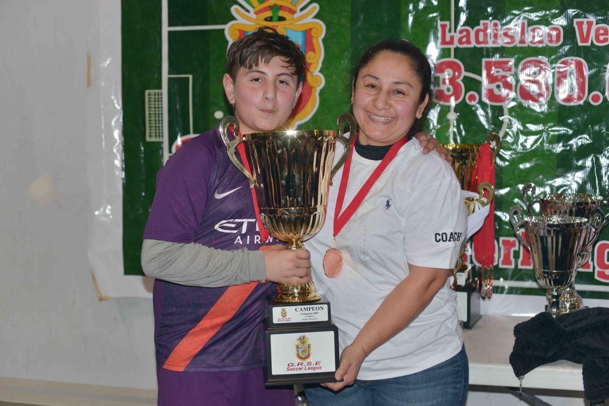 Yael Gutiérrez con su mamá y entrenadora Erika García. Juntos formaron el club Guerreros. (Javier Quiroz / La Raza)