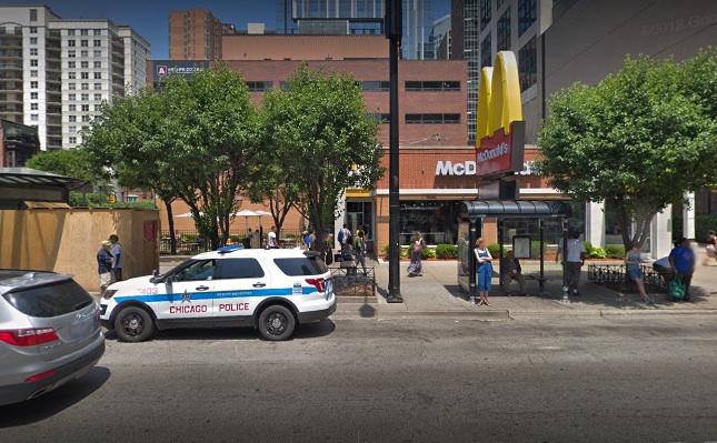 'Perturbado' el dueño de un McDonald's en Chicago después de que golpearan a su guardia de seguridad
