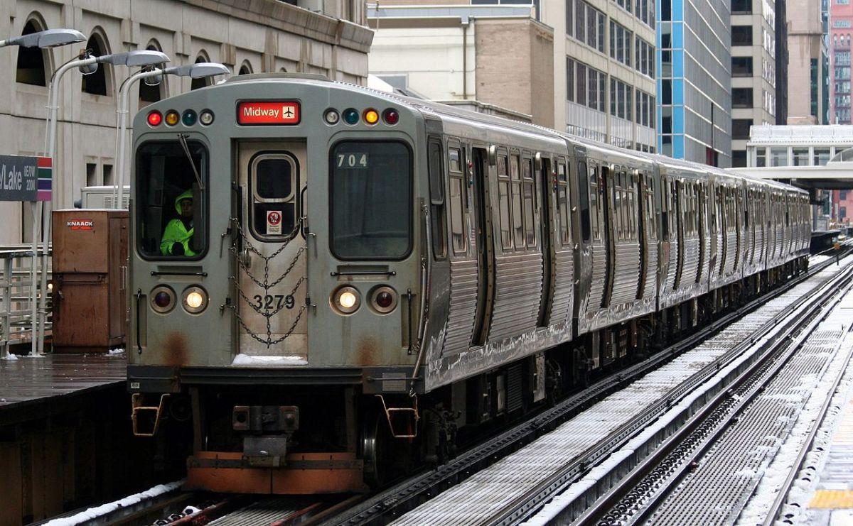 Dos hombres siguieron a una mujer hasta un ascensor en una parada de la Línea Naranja de la CTA y le pidieron dinero.