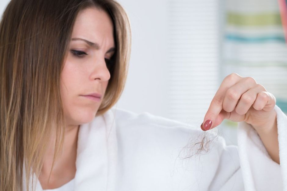¿Por qué se me cae tanto el cabello y qué puedo hacer al respecto?