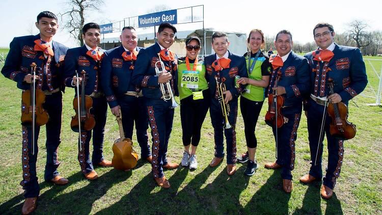 Atletismo y celebración mexicana se mezclan en la carrera Cinco de Miller en Chicago.