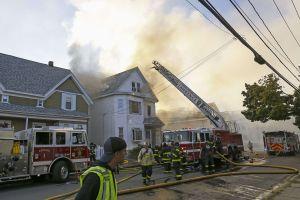 Niño de 4 años y una mujer heridos de gravedad tras incendio en una vivienda en el barrio de Park Manor en Chicago